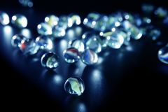 Marbres en verre avec des réflexions bleues Photos libres de droits