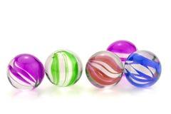 Marbres en verre colorés d'isolement sur le fond blanc Images libres de droits