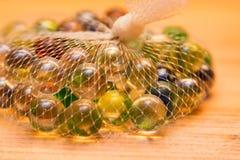 Marbres en verre colorés dans le filet Photo libre de droits