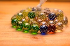 Marbres en verre colorés dans le filet Photos libres de droits