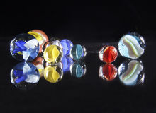 Marbres en verre colorés dans le studio Images libres de droits