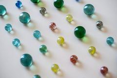 Marbres en verre colorés, jeu d'enfance Images stock