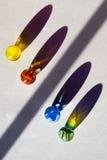 Marbres en verre et symétrie fendue d'ombre Images stock