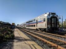 MARC pendeltåg på den Rockville Maryland stationen Arkivbilder