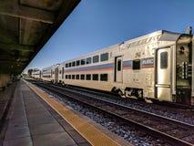 MARC pendeltåg på den Rockville Maryland stationen Arkivbild