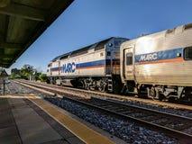 MARC pendeltåg på den Rockville Maryland stationen Royaltyfri Bild