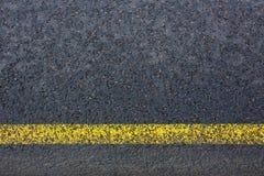 Marcação de estrada com linhas amarelas no asfalto escuro Fotos de Stock Royalty Free