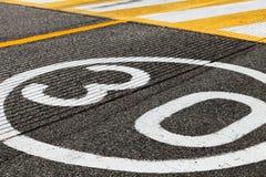 Marcação de estrada do limite de velocidade, hora do pe de 30 quilômetros Fotografia de Stock