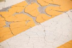 Marcações de estrada do Grunge para pedestres com textura amarela e branca das pinturas fotos de stock