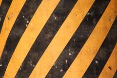 Marcações de estrada do Grunge para pedestres com textura amarela e preta das pinturas fotografia de stock