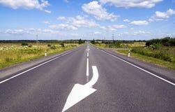 Marcações de estrada na boa estrada reta Imagem de Stock