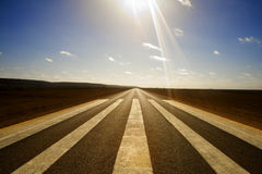 Marcações longas da estrada reta e da pista de decolagem Imagem de Stock