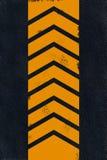 Marca amarilla en el asfalto negro Imagen de archivo libre de regalías