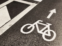 Marca blanca de la navegación de la bicicleta en el asfalto Fotos de archivo libres de regalías