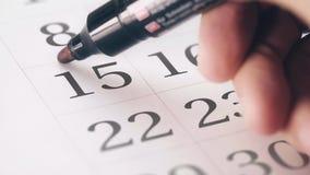 Marca circundada vermelha de tiragem no décimo quinto dia 15 de um mês no calendário vídeos de arquivo