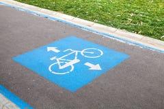 Marca de camino del carril de bicicleta sobre la carretera de asfalto urbana foto de archivo libre de regalías