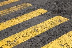 Marca de camino del paso de peatones, líneas amarillas imagen de archivo