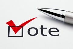 Marca de cotejo roja en el checkbox del voto, pluma en balota Fotos de archivo libres de regalías