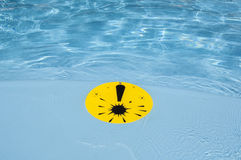Marca de exclamación en la piscina Fotos de archivo