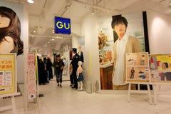 Marca de GU, la moda rápida más popular de Japón Imagen de archivo