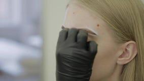 Marca de la ceja para la chica joven que colorea almacen de video