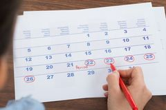 Marca de la persona en calendario Fotos de archivo