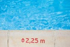 Marca de la profundidad de agua en el borde de la piscina Fotografía de archivo libre de regalías