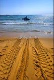 Marca de la rueda del tractor en la playa Imagen de archivo