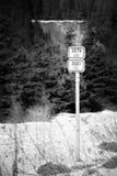 Marca de las pistas para bicicletas 3079 y 3081 cerca del pueblo Hora Svateho Sebestiana en montañas del mineral del invierno con Fotografía de archivo libre de regalías