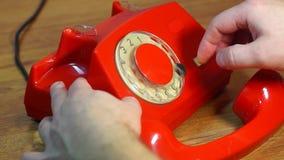 Marca de un número de teléfono en el teléfono rotatorio retro