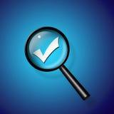 A marca de verificação amplia abaixo o vidro Foto de Stock