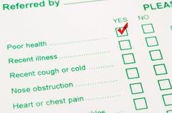 Marca de verificación con el marcador rojo en pobres en estado de salud Fotos de archivo