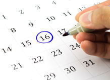 Marca en el calendario en 16. Foto de archivo