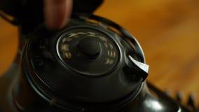 Marca en un teléfono del vintage - incluye el teléfono de dial audio almacen de video