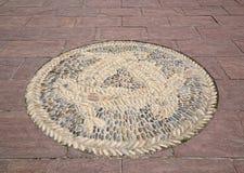 Marca ornamental en el pavimento Fotos de archivo libres de regalías