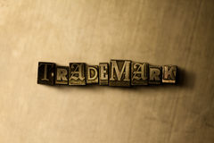 MARCA REGISTRADA - close-up vintage sujo da palavra typeset no contexto do metal Fotos de Stock Royalty Free