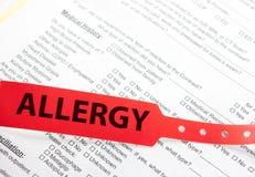Marca roja de la muñeca de la alergia paciente Imagen de archivo libre de regalías