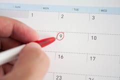 Marca roja del círculo en el calendario Imagen de archivo libre de regalías