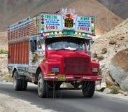 Marca variopinta TATA dei camion in Himalaya indiana fotografia stock