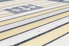 Marcado de un paso de peatones Imagenes de archivo