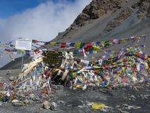 Marcador colorido del paso del Thorung-La (los 5400m) en Himalaya del Nepali Imagen de archivo