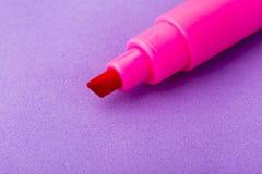 Marcador cor-de-rosa no fundo roxo fotos de stock