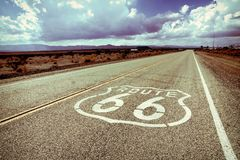 Marcador da estrada de Route 66 com denominação do vintage imagem de stock
