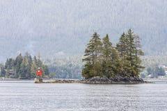 Marcador de advert?ncia vermelho na ilha do Alasca rochosa Foto de Stock Royalty Free