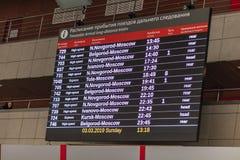 Marcador de la salida y de la llegada de trenes, el calendario, la estación de Kursk, Moscú, Rusia imagen de archivo