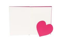 Marcador de papel do coração no livro aberto da placa isolado no branco fotos de stock