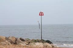 Marcador del poste que se inclina en Mudeford, Dorset, Reino Unido fotografía de archivo