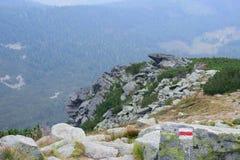 Marcador del sendero en las montañas de Tatra Fotografía de archivo