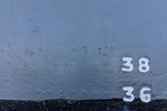 Marcador do nível do starboard e de água do metal do navio de guerra fotografia de stock