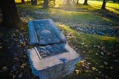 Marcador grave agrietado en un parque Foto de archivo libre de regalías